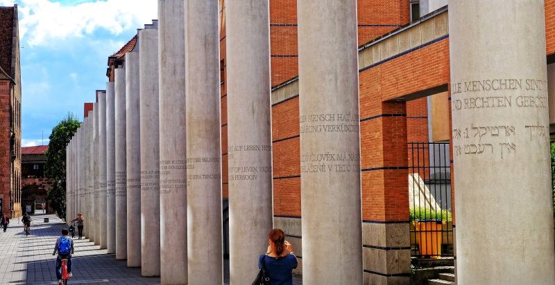 27 Säulen