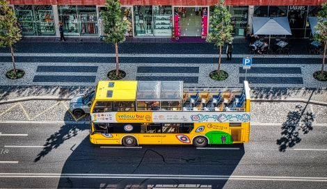 Yellowbus vor dem CR7