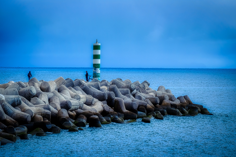 Grüner Leuchtturm, blaue Welt